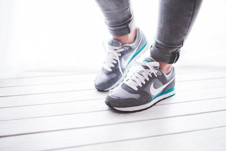 Calças justas não são aconselhadas; mas, sim ao calçado confortável. Foto: kaboompics Pixabay