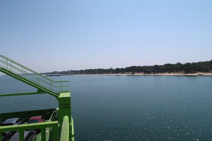 Viagem no Ferry que nos leva até Tróia, Portugal © Viaje Comigo