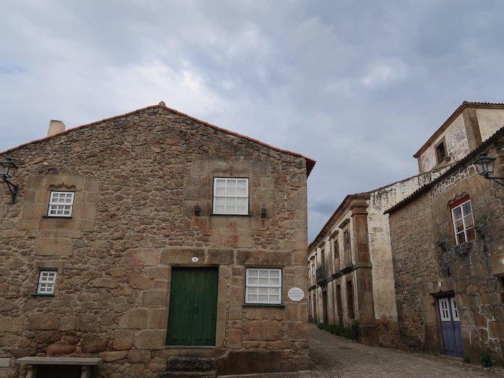 Do lado direito, a casa grande, pintada de branco, é o Solar do Fidalgo - Castelo Mendo - Portugal © Viaje Comigo
