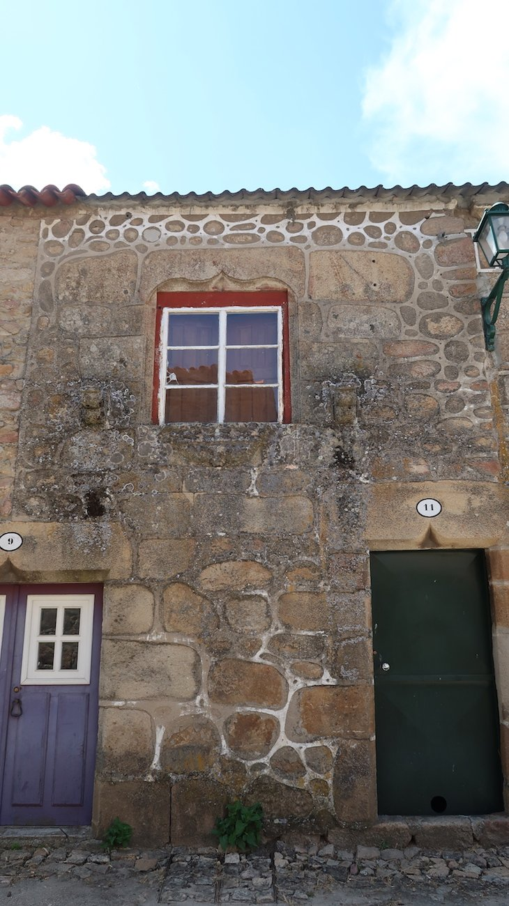 Casa com janelas e portas de influência manuelina - Castelo Mendo - Portugal © Viaje Comigo