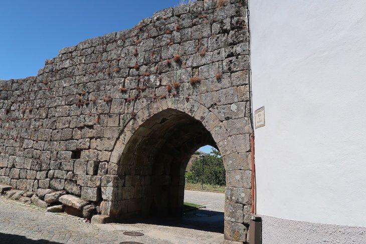 Porta do Carvalho - Aldeia Histórica de Trancoso - Portugal © Viaje Comigo