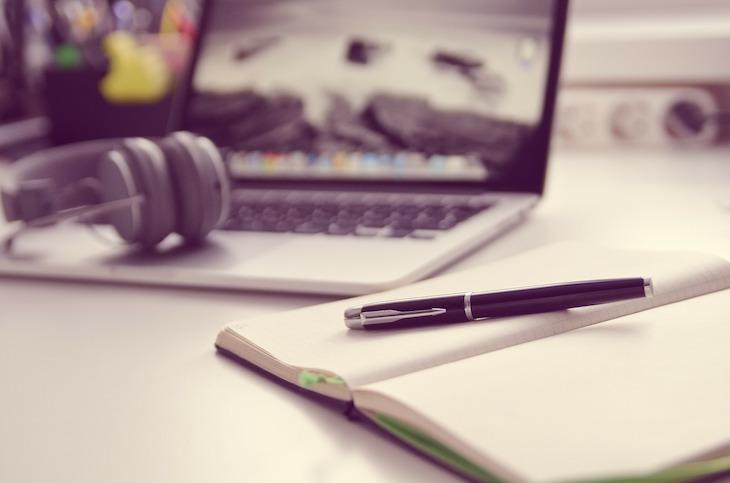 Escrever no caderno e computador - Foto: TheAngryTeddy ©Pixabay