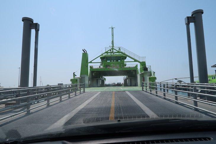 Entrada para o Ferry que nos leva até Tróia, Portugal © Viaje Comigo