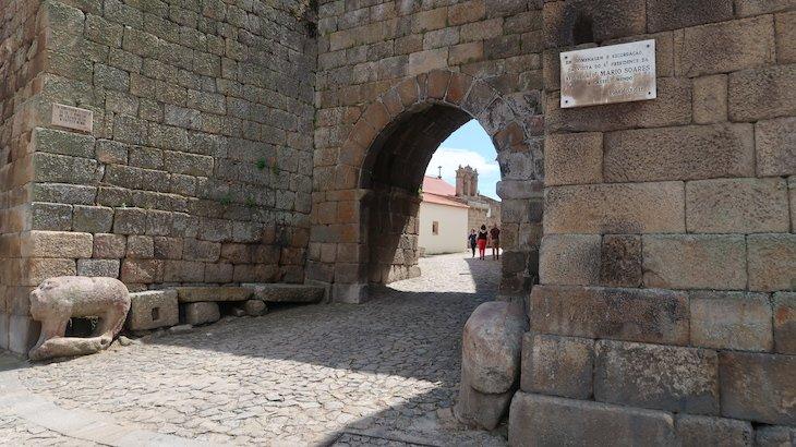 Porta da Vila - Castelo Mendo - Portugal © Viaje Comigo