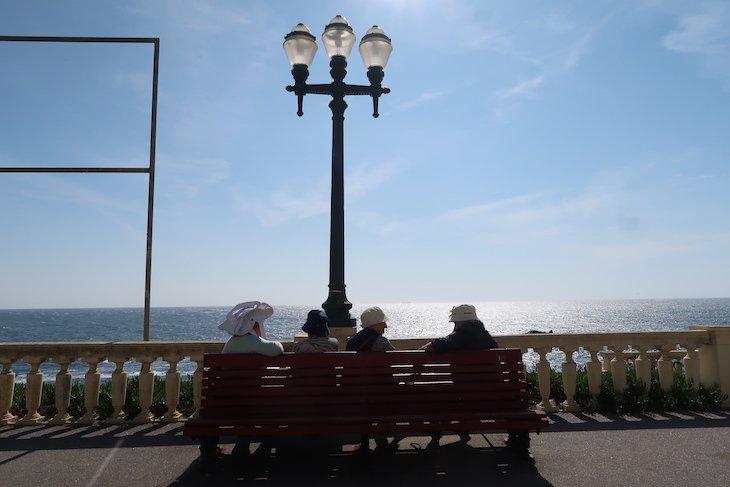 Senhoras na Avenida Brasil, a apanharem sol - Porto - Portugal © Viaje Comigo