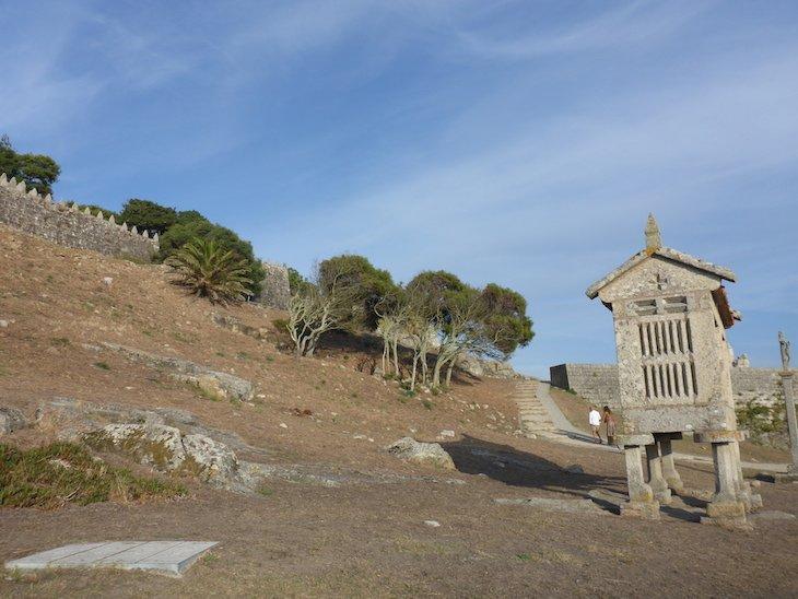 Espigueiro junto das muralhas da Fortaleza de Monterreal - Baiona, Pontevedra, Galiza, Espanha © Viaje Comigo
