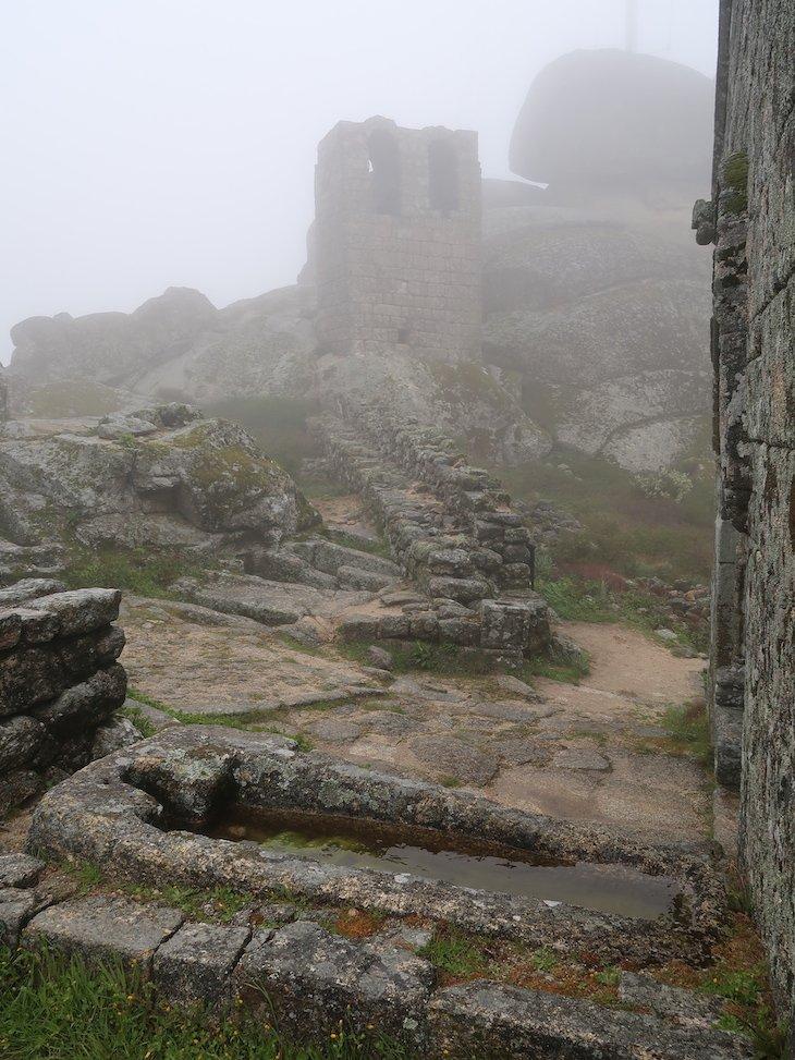 Necrópoles junto da Capela de S. Miguel - Monsanto - Aldeia Histórica - Portugal © Viaje Comigo