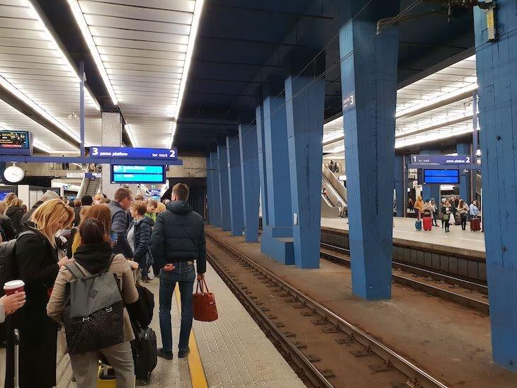 Plataforma de comboios na estação de Varsóvia - Polónia © Viaje Comigo