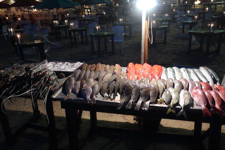 Bancas de peixes e mariscos nos Restaurantes em Mirissa - Sri Lanka © Viaje Comigo