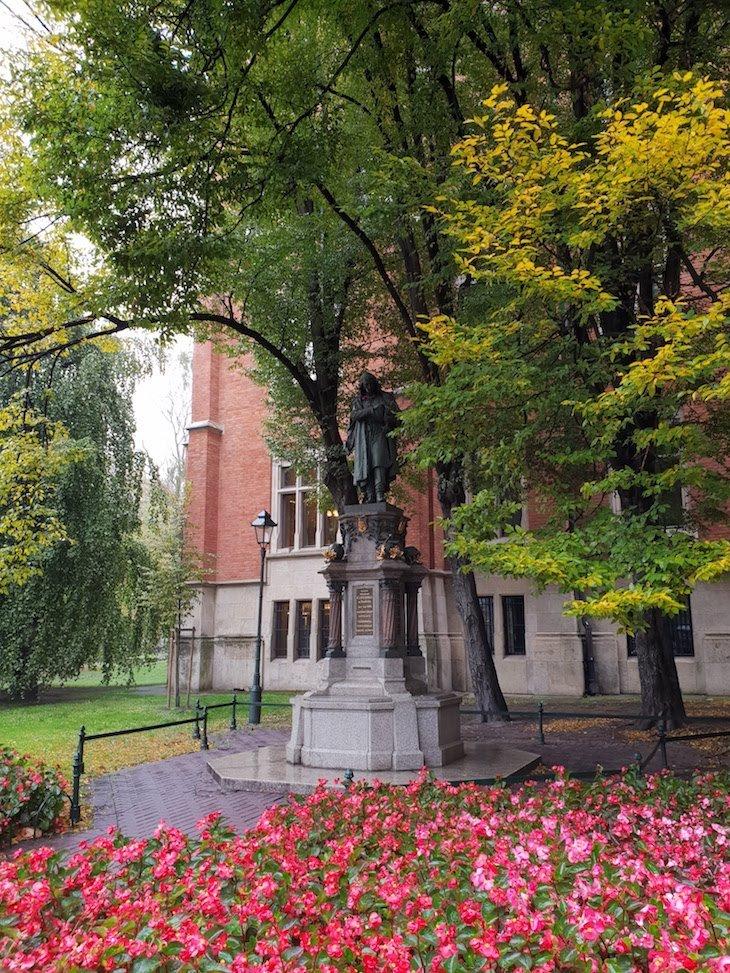 Estátua de Nicolau Copérnico - Cracóvia - Polónia © Viaje Comigo