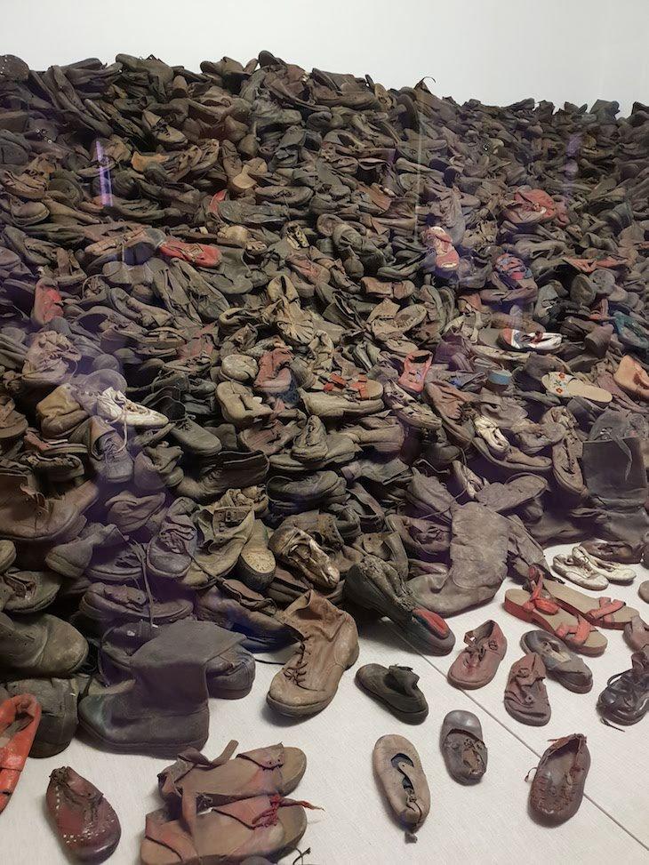 Montras com os sapatos dos prisioneiros - Auschwitz I, Polónia © Viaje Comigo