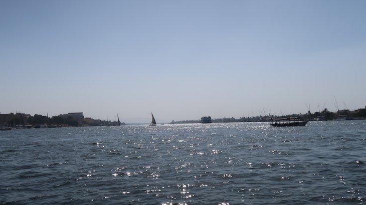 De barco no rio Nilo, Luxor, para chegar a Vale dos Reis - Egito © Viaje Comigo