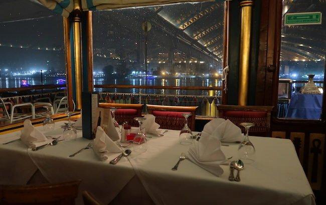 Mesa no navio Pharaohs - Cairo - Egito © Viaje Comigo
