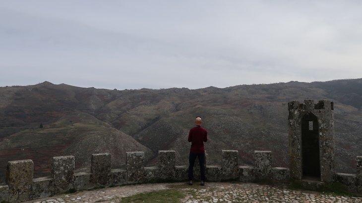 Vista no Castelo de Folgosinho - Portugal © Viaje Comigo