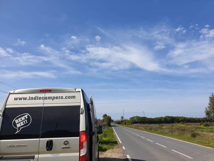 Autocaravana Indie Campers na estrada Portugal © Viaje Comigo