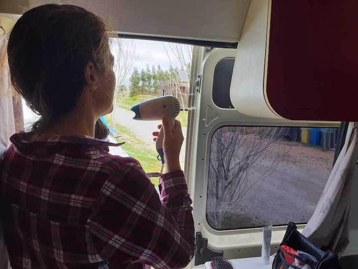 Secar o cabelo na autocaravana- Indie Campers - Portugal © Viaje Comigo