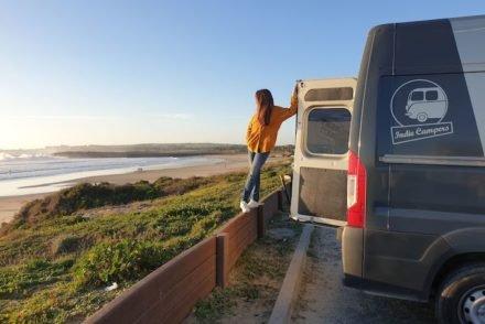 Susana e autocaravana Indie Campers - São Torpes - Sines - Portugal © Viaje Comigo