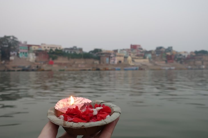 Pedido no rio Ganges - Varanasi - Índia © Viaje Comigo