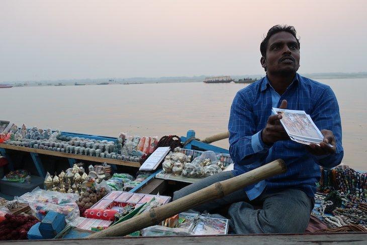 Loja no barco, rio Ganges - Varanasi - Índia © Viaje Comigo