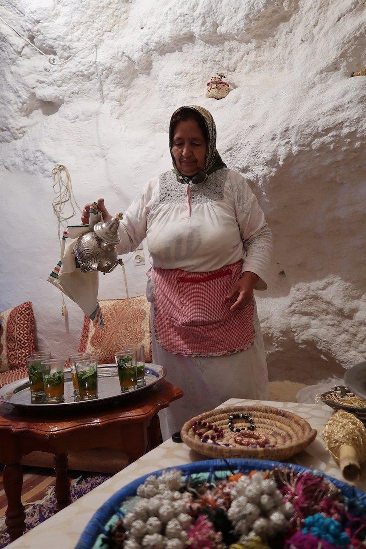 D. Fatima a servir o chá marroquino na casa troglodita de Bhalil - Marrocos © Viaje Comigo