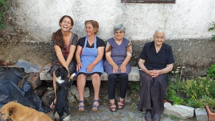 Com as minhas amigas na Aldeia do Juízo - Pinhel - Guarda - Portugal © Viaje Comigo