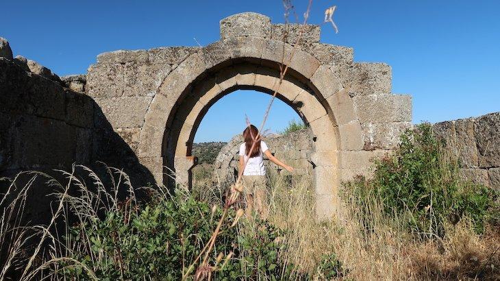 Ruínas da Igreja Bogalhal de Velho - Pinhel - Portugal © Viaje Comigo