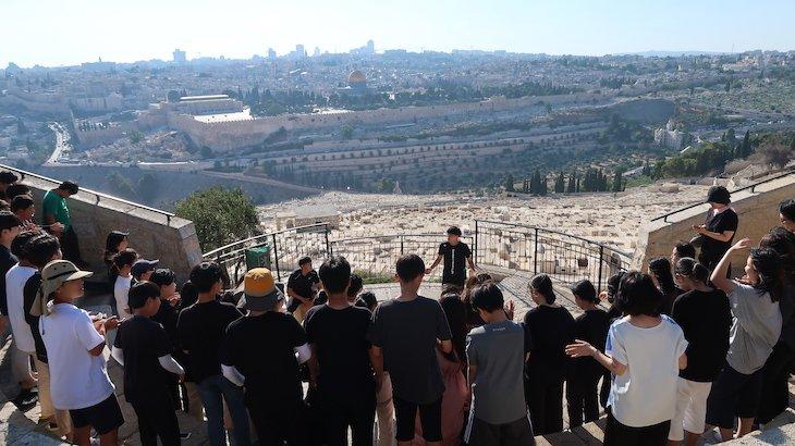 Jovens a cantar no Monte das Oliveiras - Jerusalém - Israel © Viaje Comigo