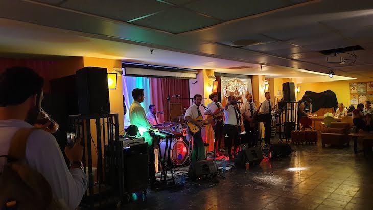 Música ao vivo no bar do Abraham Hostel Jerusalém - Israel © Viaje Comigo