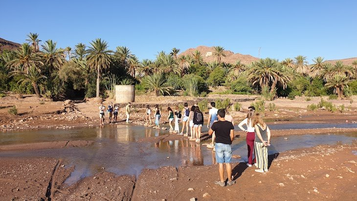 Atravessar o rio - Oasis Fint - Marrocos © Viaje Comigo