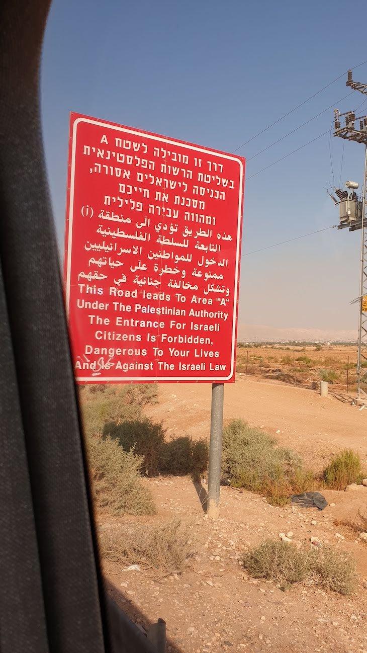 Aviso na entrada na Palestina © Viaje Comigo