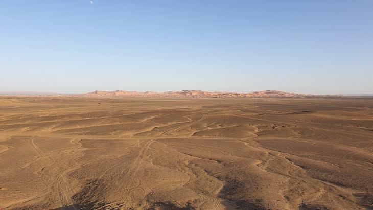 Ao longe: dunas de Erg Chebbi, Merzouga - Deserto Saara, Marrocos © Viaje Comigo