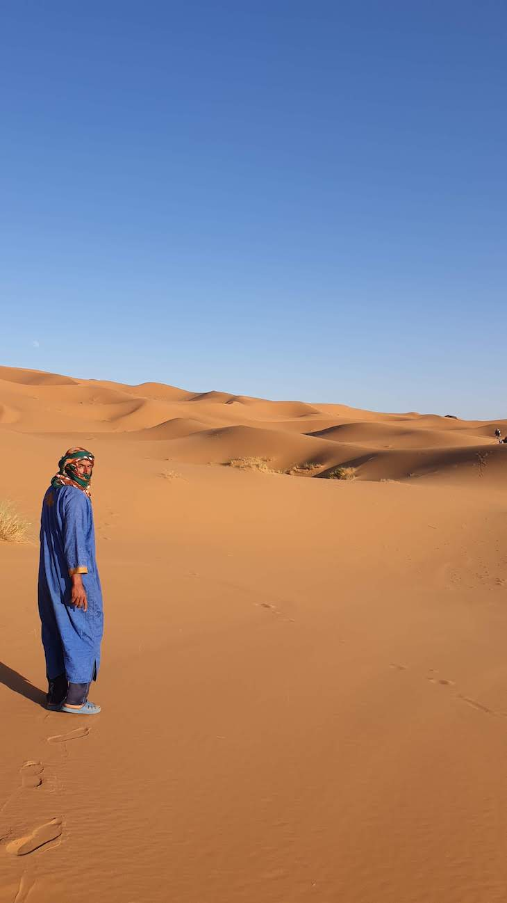 Vendedor nas dunas de Erg Chebbi, Merzouga - Deserto Saara, Marrocos © Viaje Comigo