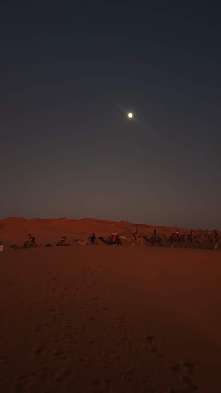 Noite e a lua, nas dunas de Erg Chebbi, Merzouga - Deserto Saara, Marrocos © Viaje Comigo