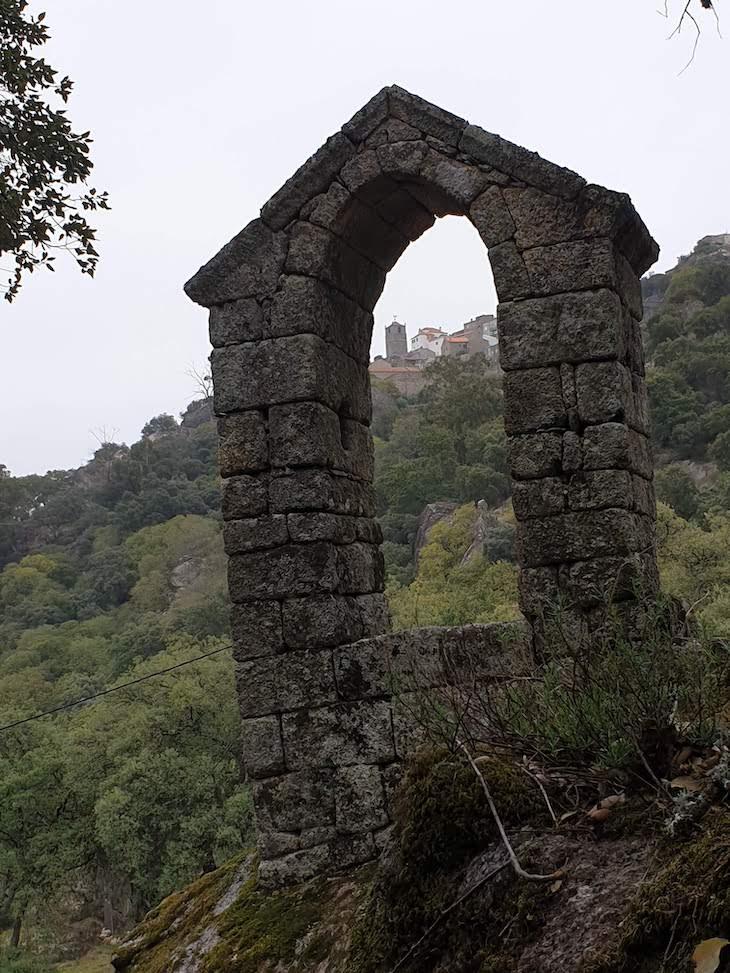 Junto da Capela de São Pedro de Vir à Corça - Monsanto - Aldeias Históricas de Portugal © Viaje Comigo