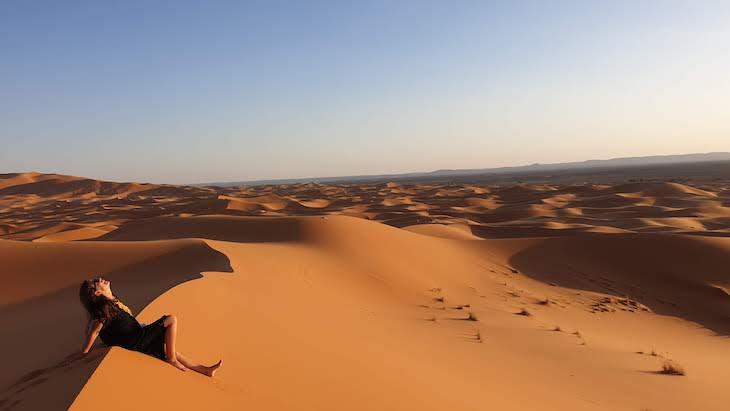 Susana Ribeiro nas dunas de Erg Chebbi, Merzouga - Deserto Saara, Marrocos © Viaje Comigo