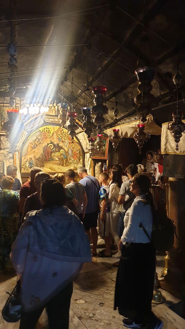 Turistas à volta da estrela da Gruta da Natividade - Belém - Palestina © Viaje Comigo