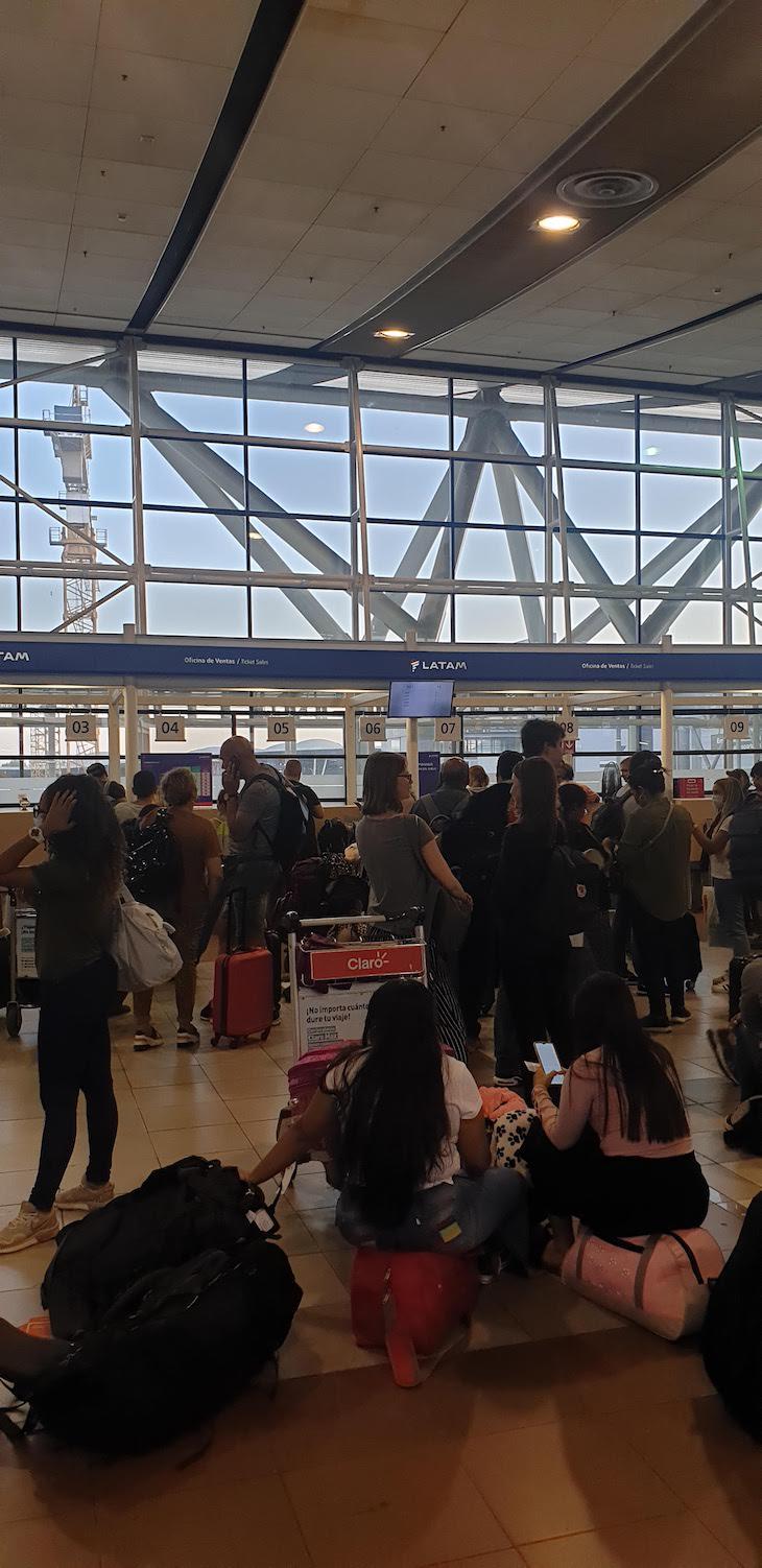 Fila da Latam - aeroporto Santiago do Chile © Viaje Comigo