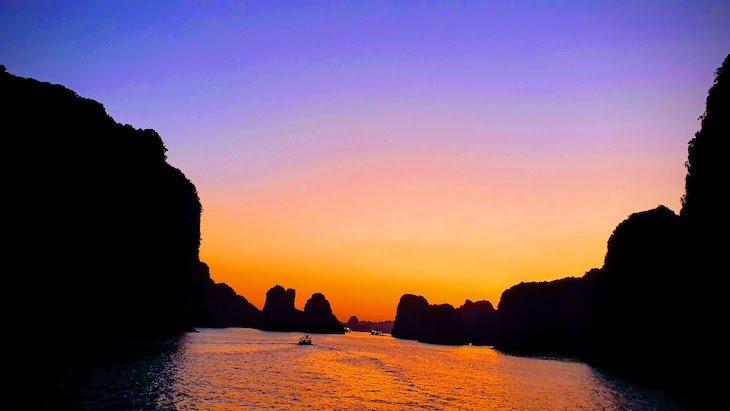 Pôr do Sol em Halong Bay - Vietname © Viaje Comigo