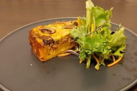 Receita de quiche de cogumelos, charcutaria, salada e balsâmico