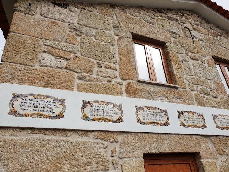 Quadras nas casas de Folgosinho - Portugal © Viaje Comigo