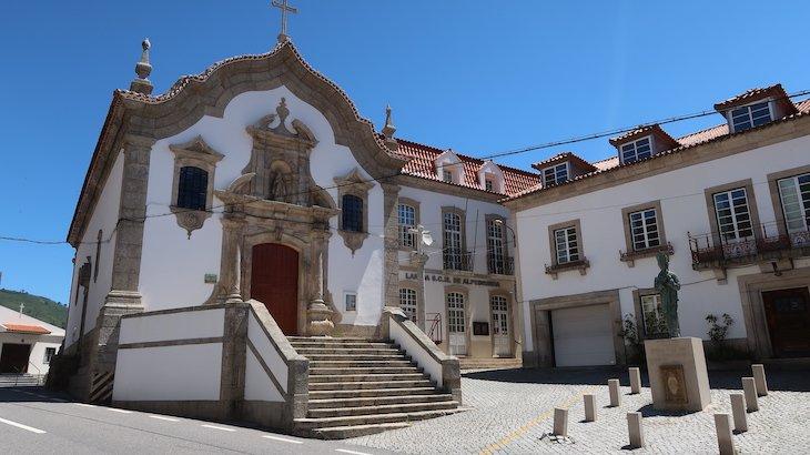 Igreja da Misericórdia que fica ao lado da Estátua do Cardeal - Vila de Alpedrinha - Fundão - Portugal © Viaje Comigo