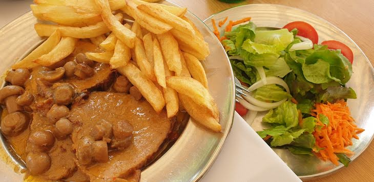 Carne com cogumelos no Restaurante Conde - Pedras Salgadas - Vila Pouca de Aguiar© Viaje Comigo