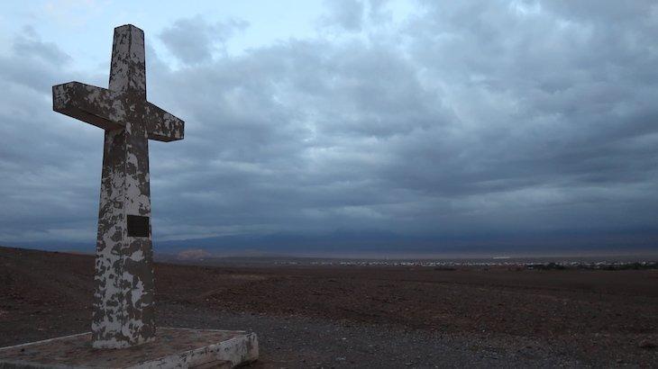 Cruz que marca a visita de João Paulo II no Atacama - Chile © Viaje Comigo