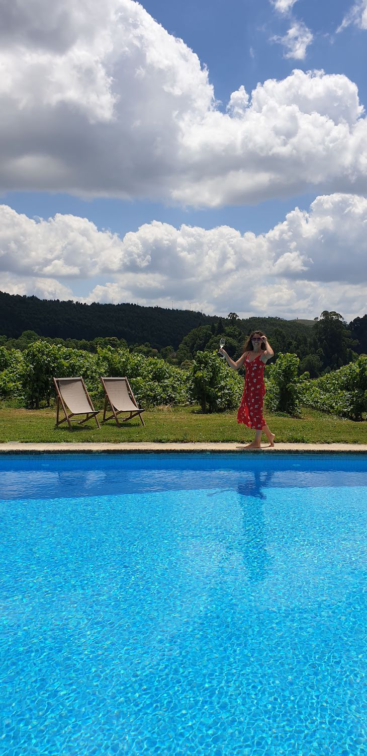 Susana na piscina da Quinta de Lourosa - Lousada © Viaje Comigo