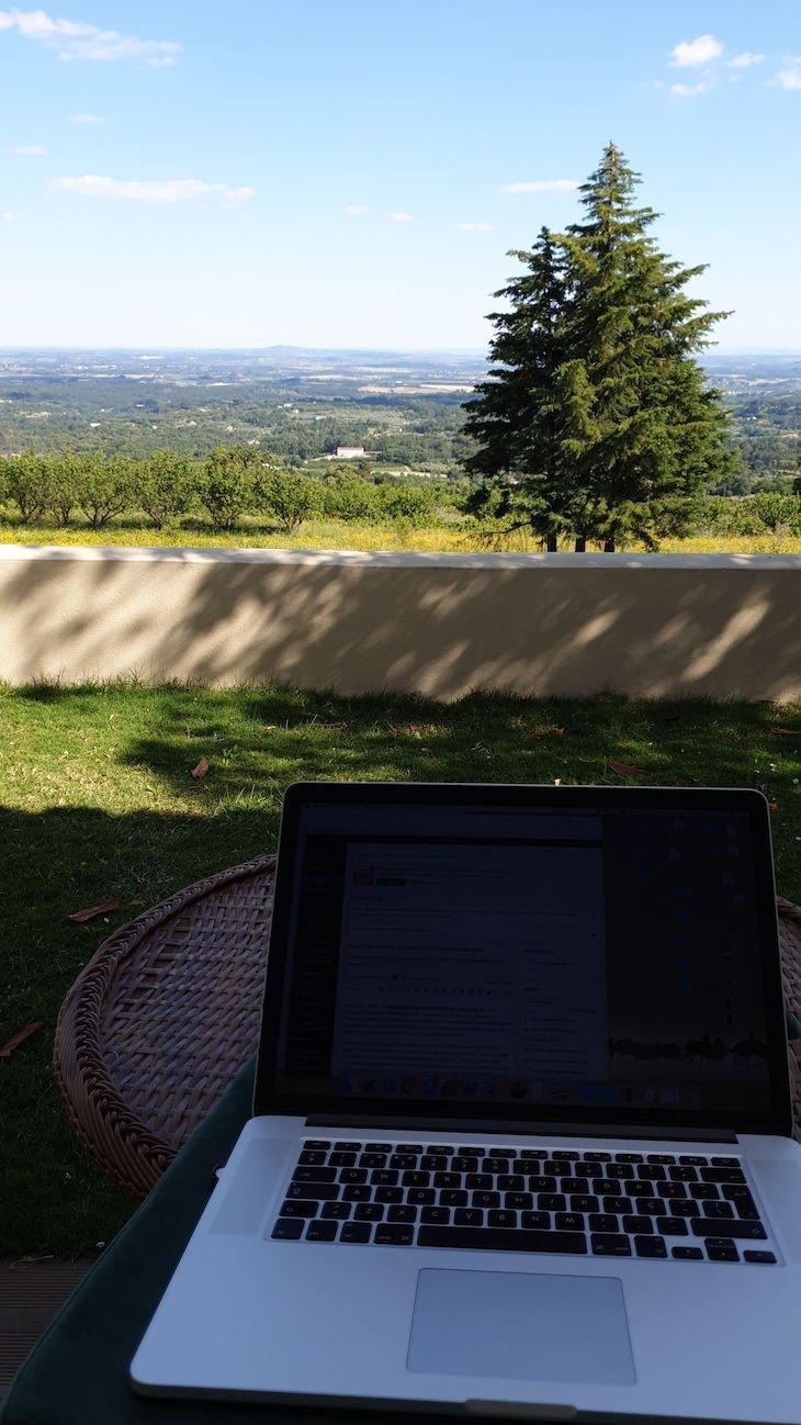 Trabalhar com vista nas Casas de Alpedrinha - Portugal © Viaje Comigo