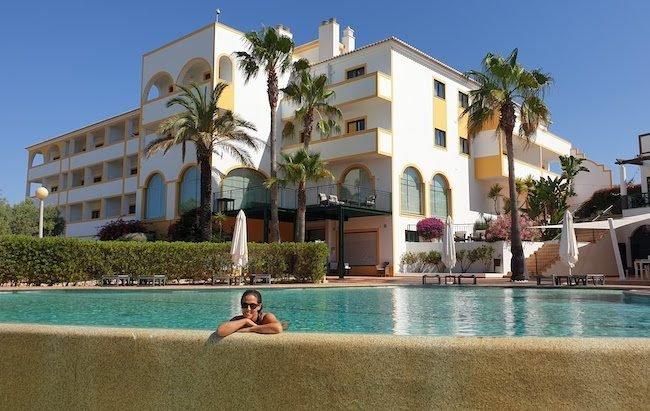 Susana Ribeiro na piscina do Vale d'el Rei Hotel & Villas - Carvoeiro - Algarve - Portugal © Viaje Comigo