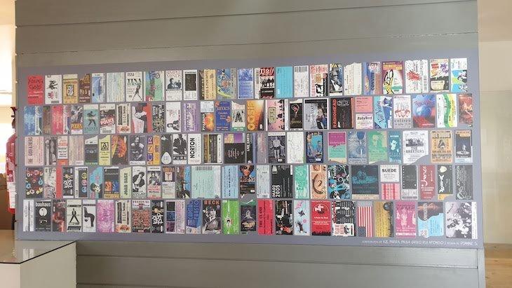 Exposição de bilhetes de concertos no bar do Hotel Star Inn Peniche - Portugal © Viaje Comigo