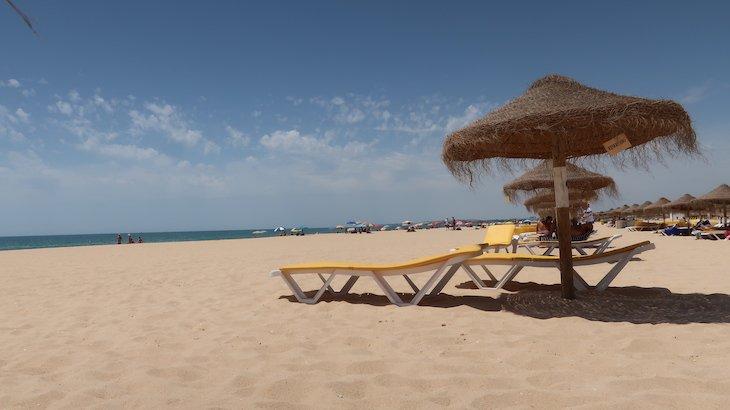 Praia Falésia / Rocha Baixinha - Espreguiçadeiras do Hilton Vilamoura - Algarve - Portugal © Viaje Comigo