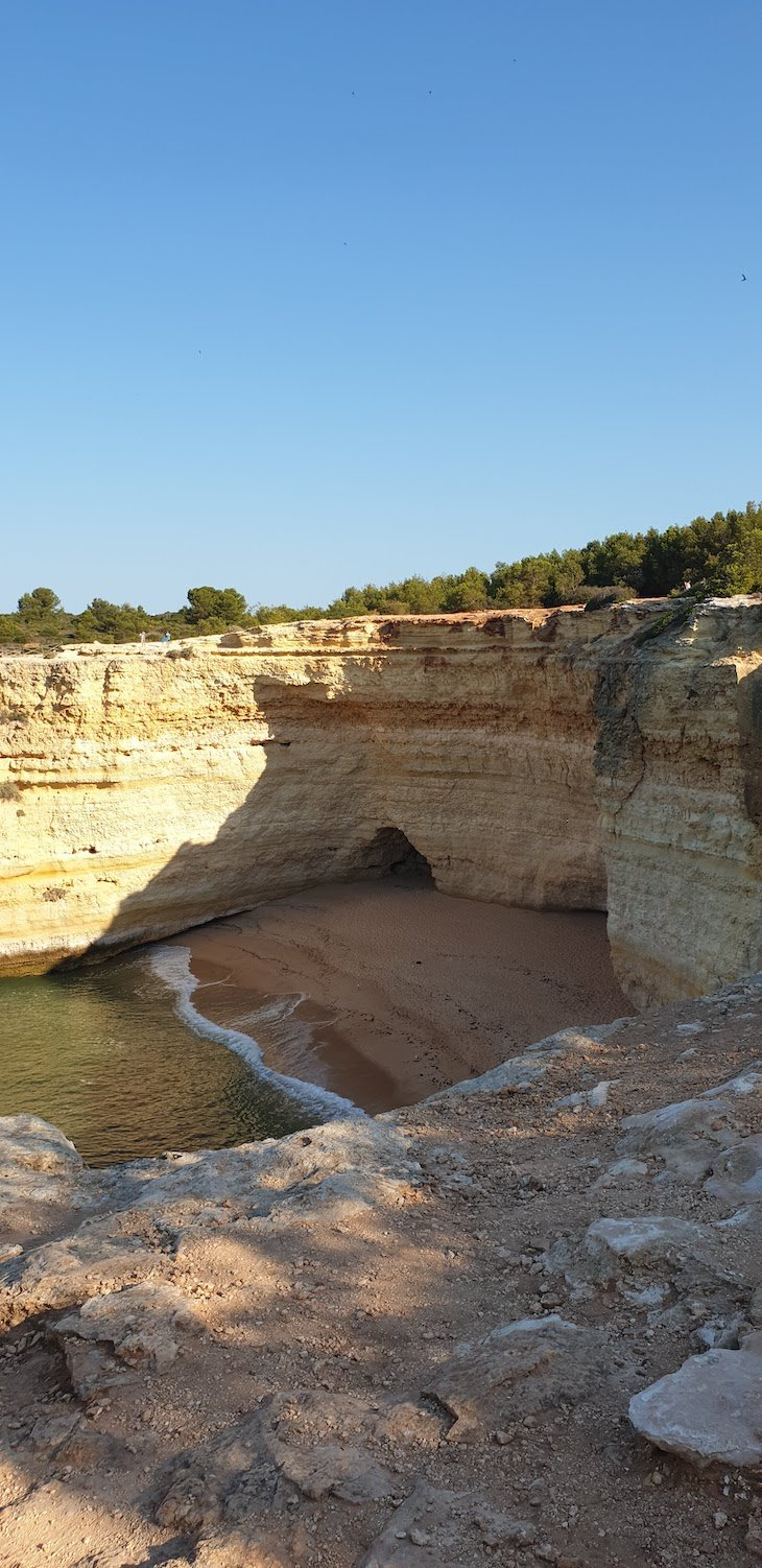 Praia isolada no Percurso 7 Vales Suspensos - Algarve - Portugal © Viaje Comigo