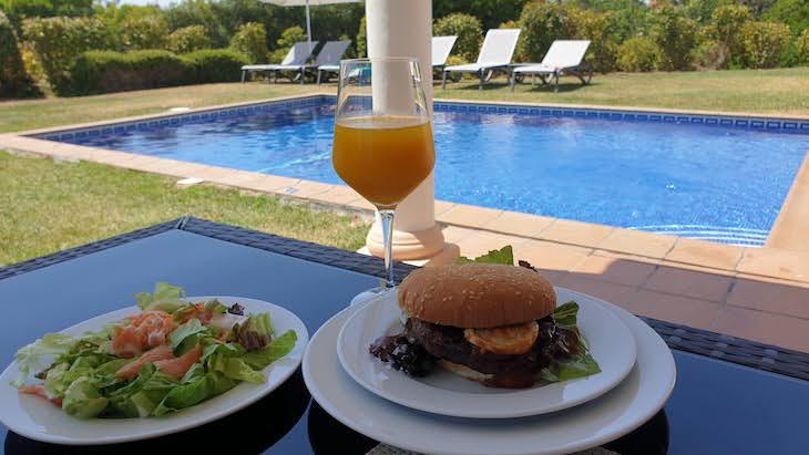 Almoço na piscina - Vale da Lapa Village Resort - Carvoeiro - Algarve © Viaje Comigo
